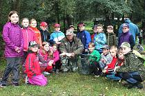 Rybáři s dětmi rybařili u bělského rybníku Slon