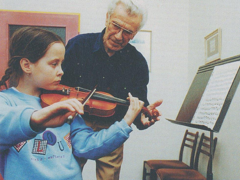 Josef Novák, pedagog, se žačkou Klárou Mitlenerovou, rok 1999