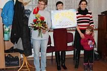 PŘEDÁNÍ ŠEKU na římskokatolické faře se zúčastnila Ivana Kolínová (vlevo), koordinátorka sbírky v Mladé Boleslavi a Michaela Mittnerová (se šekem), ředitelka úřadu OS ČČK Mladá Boleslav.