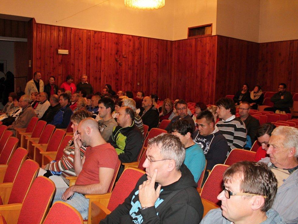Ustavující zasedání zastupitelstva města Bakova - v publiku zasedlo šest desítek občanů.
