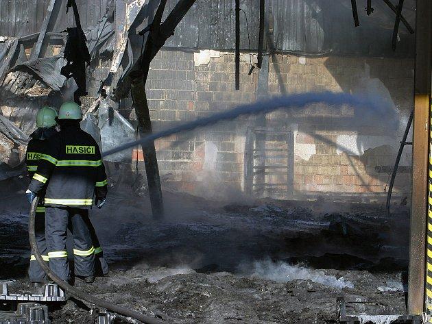 Hasiči bojovali s plameny asi tři hodiny.