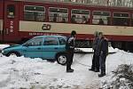 Osobní vůz Opel Corsa se srazil s vlakem v chatové osadě u Dlouhé Lhoty na Mladoboleslavsku.