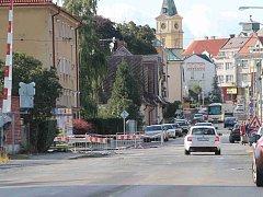 ULICE JIRÁSKOVA v Mnichově Hradišti už je částečně rozkopaná. Konec prací je naplánovaný na závěr října