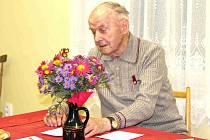 JOSEF BROŽ ze Lhotice, básník, který za svůj život získal již řadu literárních cen. Může on získat cenu města?