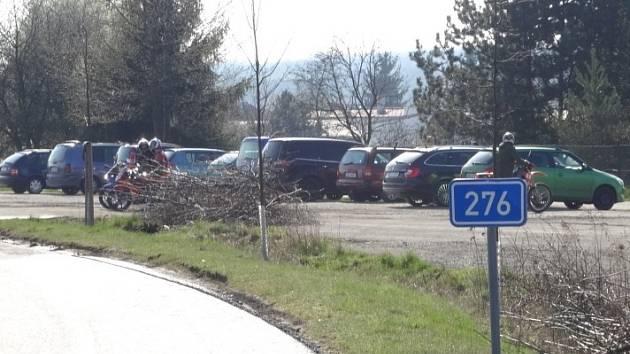 Řidiči v Bakově parkují přes zákaz