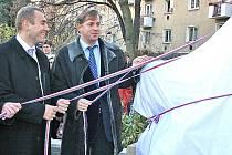 Pomník odhalili mimo jiných také hejtman Petr Bendl a personální šéf Škody Martin Jahn (vlevo).