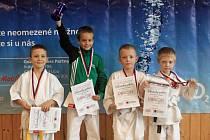 Mladý boleslavský karatista Martin Pech (druhý zprava) se po výborných výkonech v Zákupech probojoval k bronzové medaili mezi žáky do 8 let