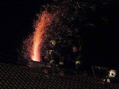 Požár sazí v komíně.