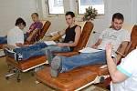 Studenti Střední odborné školy a Středního odborného učiliště z Jičínské ulice v Mladé Boleslavi, kteří šli hromadně darovat krev