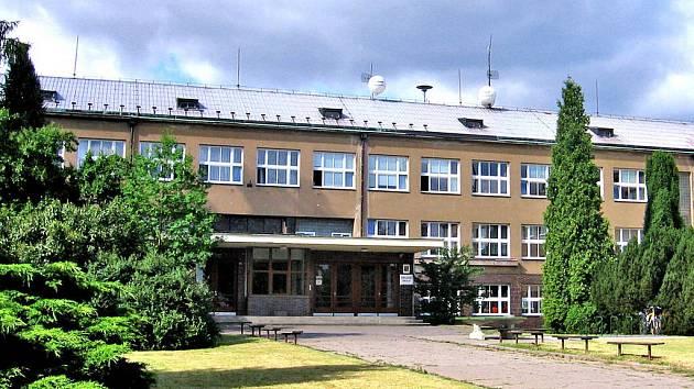 Děti a ostatní zaměstnanci základní školy museli narychlo opustit budovu školy. Anonym vyhrožoval uložením bomby!