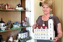 HELENA ČMELÍKOVÁ skládá trojrozměrné papírové modely památek, které známe z Čech, Moravy, ale i ze zahraničí. V ruce drží vyhlídkovou věž na budově staré radnice v Mladé Boleslavi.