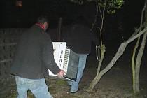 Dva muži se pokusili ukrátst z náklaďáku starý sporák.