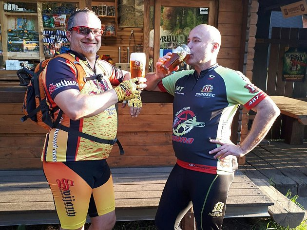 Ředitel Pivovaru Rohozec František Jungmann (vpravo) kontroluje kvalitu rohozeckého piva na projížďkách po Českém ráji. Na snímku se u jedné z hospůdek právě setkal se sládkem Pivovaru Svijany Petrem Menšíkem.