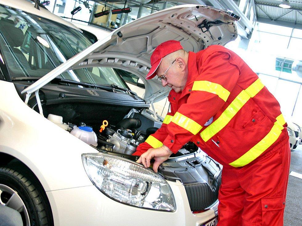Sanitní vozy Škoda Roomster převzali včera řidiči Klaudiánovy nemocnice Mladá Boleslav.