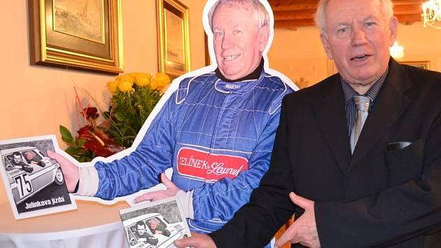 Z oslavy 75. narozenin mladoboleslavského podnikatele, bývalého automobilového závodníka, politika, pilota ultralehkého letadla a také zámeckého pána, majitele zámečku Vinařice Jaroslava Jelínka.