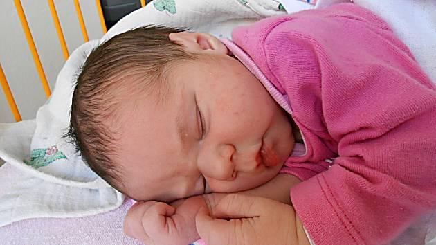 Anička Koubová se narodila 18. listopadu, vážila 3,8 kg a měřila 50 cm. Maminka Iva a tatínek Michal si ji odvezou domů do Mladé Boleslavi, kde už se na ni těší bráška Tomík.