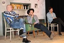 Herci Milan Kačmarčík, Petr Mikeska a Aleš Petráš prozradili v dekoraci inscenace Osiřelý západ zajímavosti ze zákulisí této divadelní novinky.