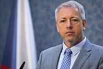 Ministra vnitra Milana Chovance na cestě po Mladoboleslavsku doprovázeli jeho regionální straničtí kolegoví.