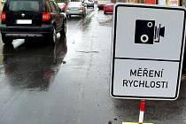 Cedule, upozorňující řidiče v Boleslavi na měření rychlosti.