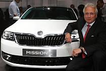 Šéf Škodovky Winfried Vahland s vozem MissionL při slavnostní premiéře ve Frankfurtu.