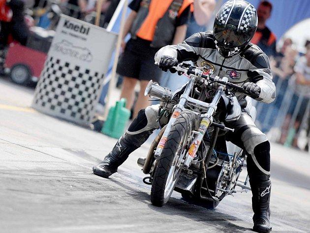 Na hoškovickém letišti zvednou adrenalin divákům motocyklová monstra.