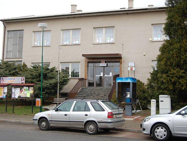 Budova Obecního úřadu a Mateřské školy ve Všejanech se dočká nových oken.