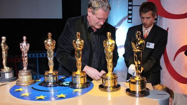 Poprvé v historii se na jednom podiu sešlo šest zlatých Oscarů