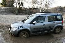 Řidiči zdravotnických vozidel se na bělském polygonu učili zvládnout jízdu v obtížně sjízdném terénu.