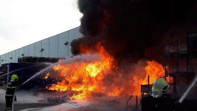 Ranní požár jedné z hal společnosti Faurecia v mladoboleslavské příměstské části Bezděčín.