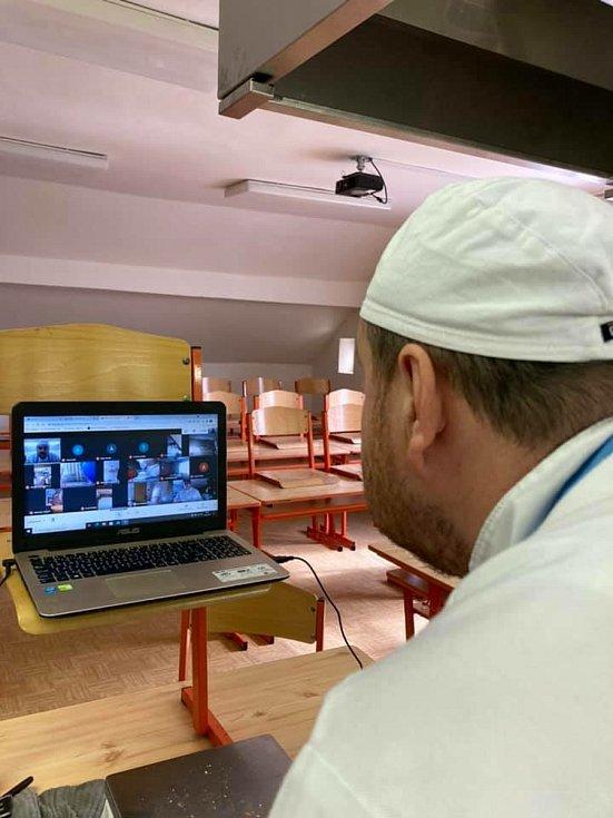 Z gastronomicky vybavené školní kuchyně vaří dnes online s žáky oboru kuchař číšník oblíbený učitel odborného výcviku Jan Tůma