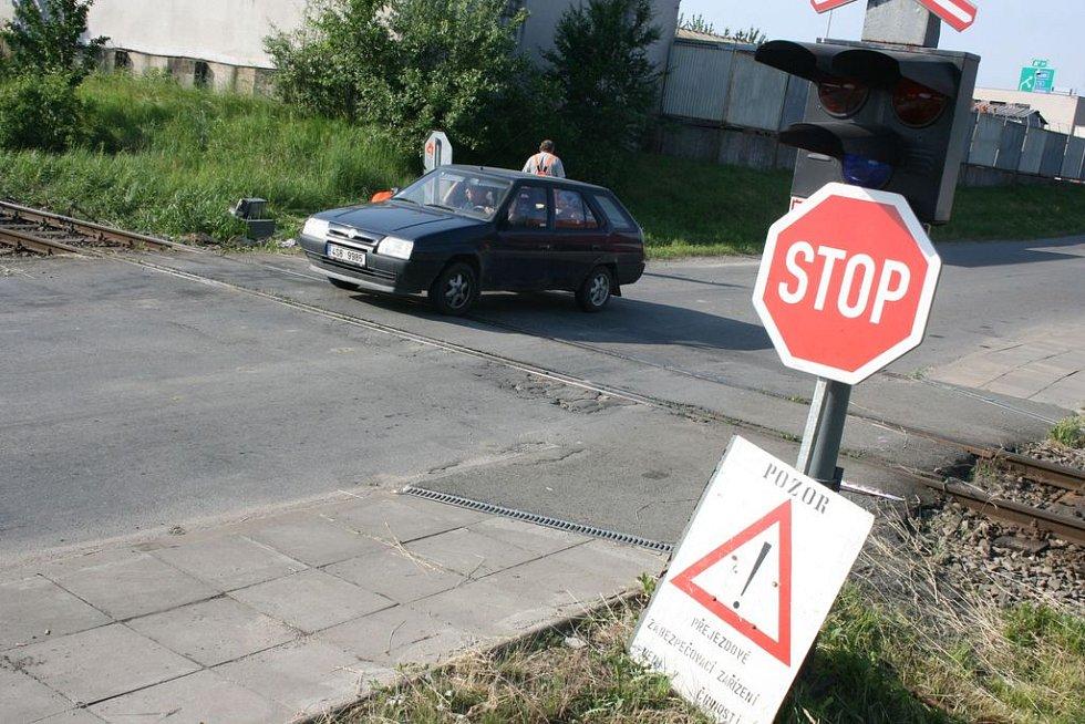 Světla na přejezdu po nehodě nefungují. Řidiči musí dávat pozor!