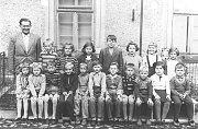 ZŠ v Loukově (1959). Stojící: Vávra J. Kovařič, I. Soukalová, I. Hajná, J. Řípa, N. Kohoutová, M. Kameníková, A. Střihavková. Sedící zleva V. Černá, H. Bílková E. Stuchlík, B. Šorejsová, J. Bičík, J. Černý, V. Fanta, l. Macek, J. Koštejn, J. Čech
