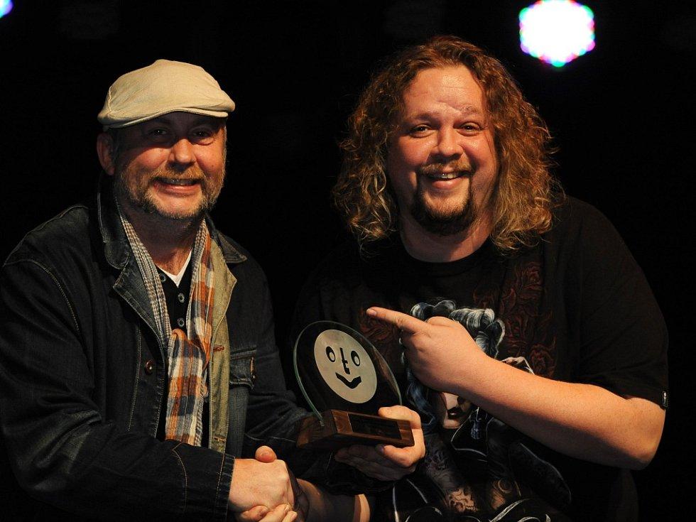 Jiří Štěpo Štěpánek (vpravo) se svým rádiovým kolegou Lubošem Dvořákem, který mu předává ocenění Zlatý Otík v hudební anketě čtenářů Boleslavského deníku v kategorii DJ.