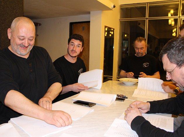 Divadýlko na dlani zahájilo zkoušení nové hry Zborov. První čtená zkouška.