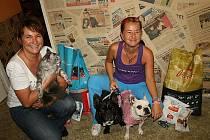 Výherkyně Renata Zemanová s Barnabášem a Lucie Vaňková s Meggie a Maxem. Mazlíčci si odnesli výhru v podobě psích a kočičích laskomin.