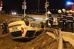 Stříbrný vůz s opilým řidičem naboural vůz se strážníky městské policie u Obi na Radouči. Ti skončili v příkopu.
