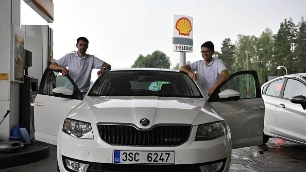 Marek Tomíšek a Lukáš Kubiena ještě v Praze. Po natankování se vydali na sever.