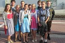 Anička Veselá se svými zahraničními kamarády.