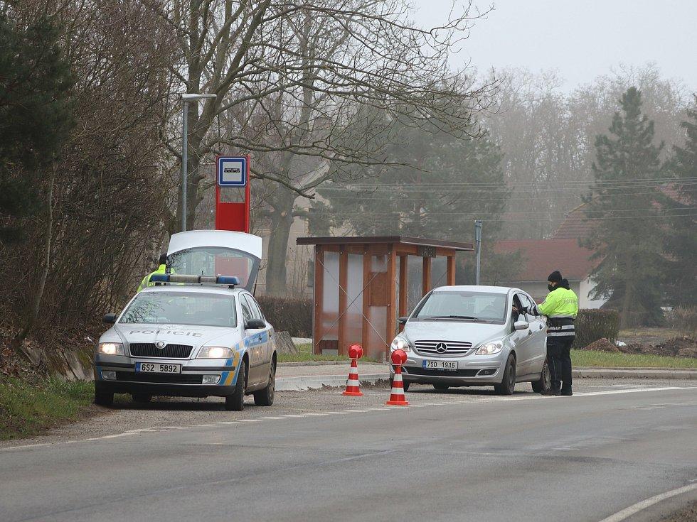 Policisté kontrolují automobily na hranici mladoboleslavského okresu.