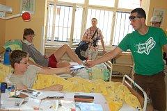 Jezdci rally přišli potěšit děti do nemocnice