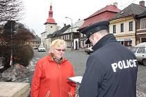 Policisté kladou obyvatelům regionu otázky týkající se spokojenosti s prací PČR.