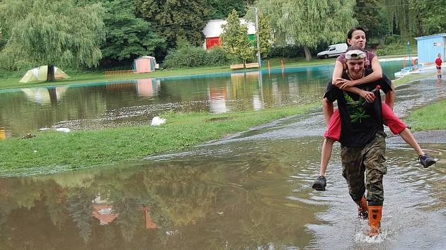 Koupaliště v Dolní Bukovině bylo během pár minut celé pod vodou.