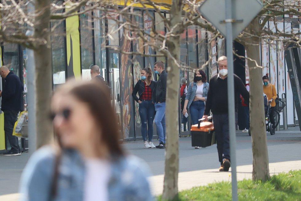 Krásné počasí ve středu lákalo k procházce obyvatele Mladé Boleslavi.