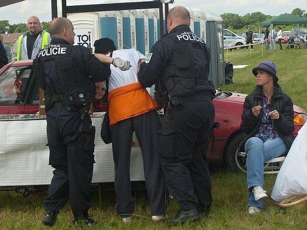 Strážníci na letišti v sobotu zadrželi muže, který obtěžoval návštěvníky leteckého dne.