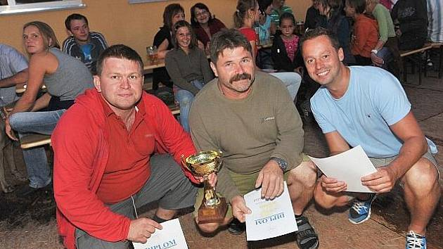 Vítězové nohejbalového turnaje v Kolomutech: (odleva) Jaroslav Štecha, Oldřich Knytl, Michal Plevka