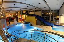 """Po schodišti mohou do """"mokré"""" části restaurace i plavci."""