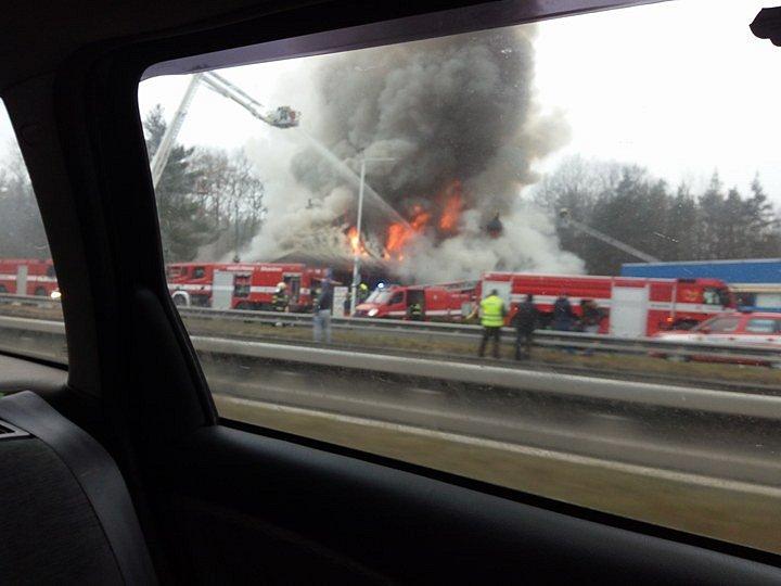 Plameny v sobotu dopoledne zachvátily motorest v sousedství dálnice D10 u Hlavence na Praze-východ.