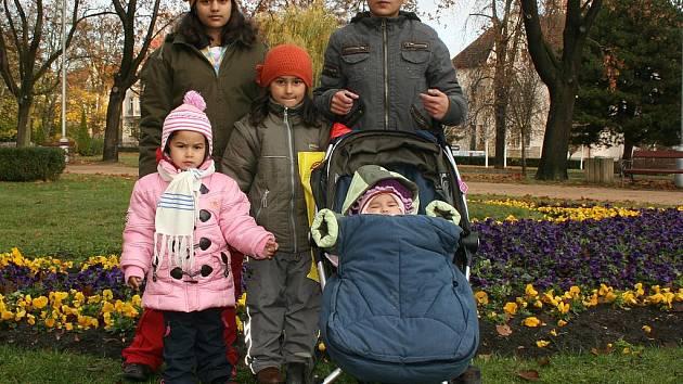 Rodina Zdenky Horváthové. Maruška (10 let), Nikolka (6 let), Michalka (3 roky) a Natálka (9 měsíců). Všechny se musí do 31. listopadu odstěhovat z bytu a náhradu nemají.