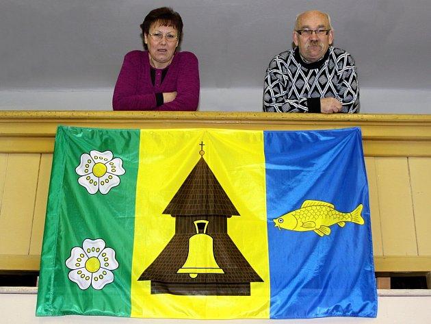 Horní Stakory získaly vlajku zásluhou ředitelky Jany Křiváčkové a Jiřího Kubína.