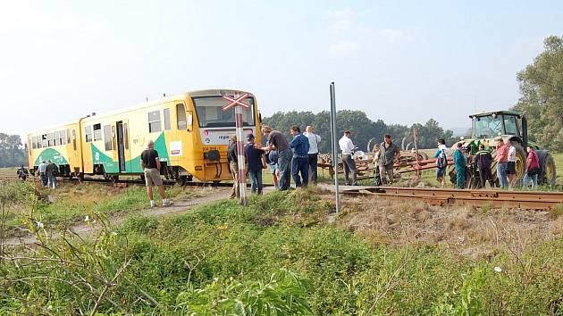 Střet vlaku s oracím strojem taženým za traktorem.